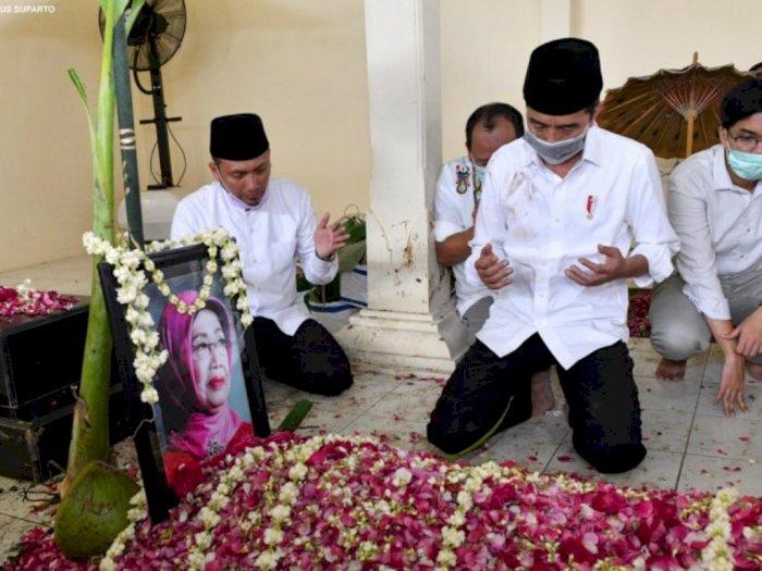 FOTO: Presiden Jokowi Antar Jenazah Ibunda ke Peristirahatan Terakhir