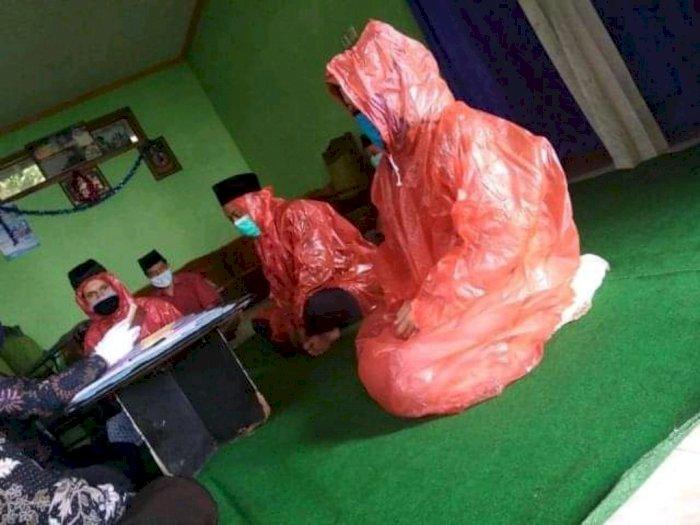 Pengantin Pakai Mantel Hujan Saat Gelar Akad Nikah, Selamat Ya! Yang Penting Halal