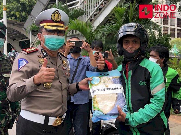 Polisi Salurkan Bantuan Presiden Jokowi ke Ojol di Wilayah DKI