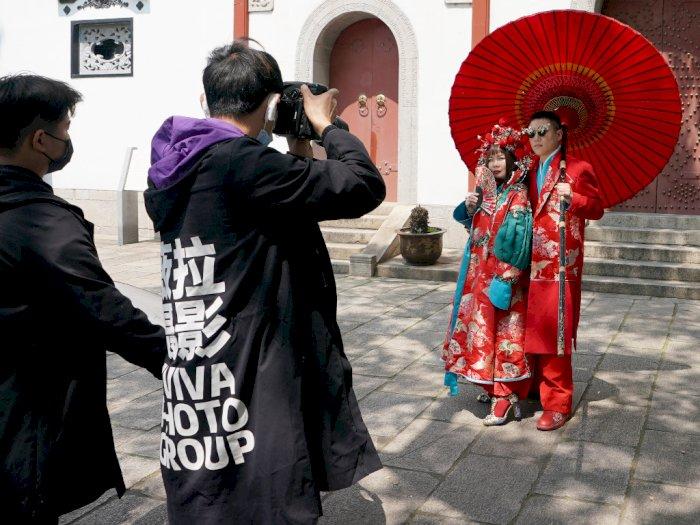 FOTO: Lockdown di Wuhan Selesai, Pasangan Pengantin Lakukan Prewedding