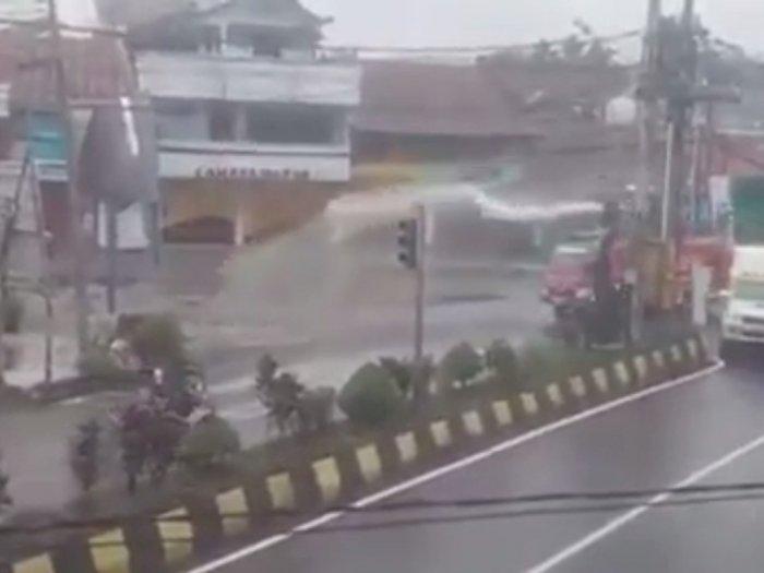 Warga Masih Keluyuran Tanpa Pakai Masker, Petugas Toraja Siram dengan Air