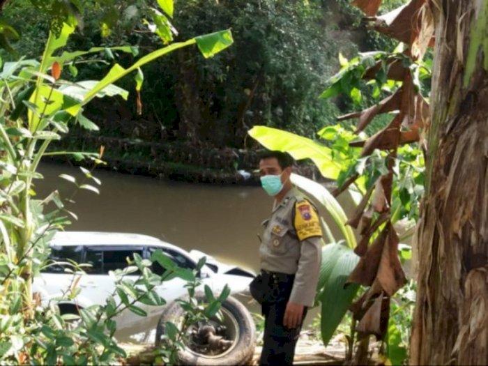 Mobil Pajero Terperosok ke Sungai Titi Payung Sei Bingai Langkat