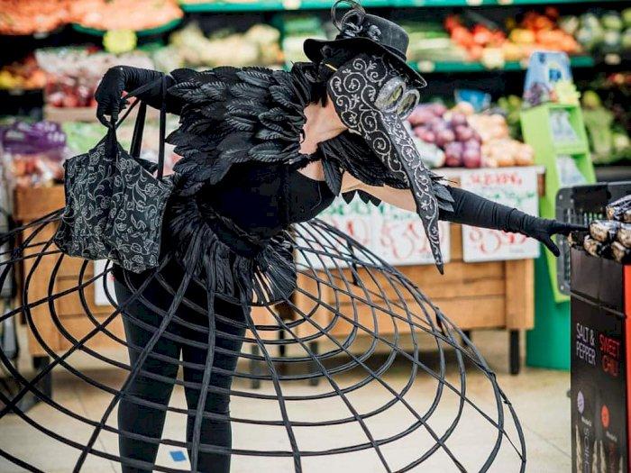 Unik! Patuhi Social Distancing, Wanita Ini Pakai Kostum Burung 'Anti Corona'
