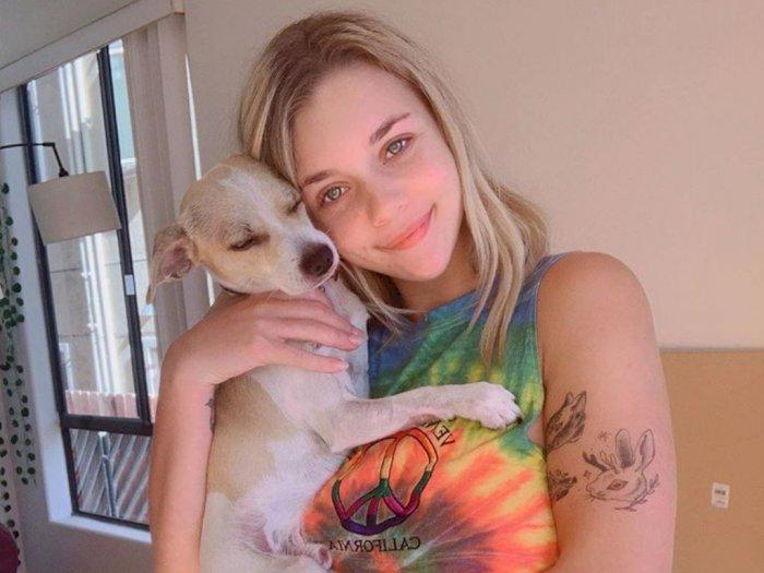 Lockdown, Bintang Pornhub Ini Tidur Bareng Anjingnya