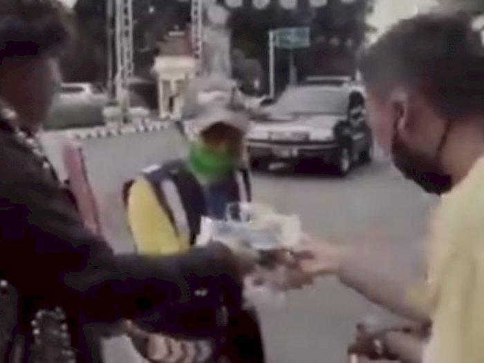 Anak Punk di Salatiga Bagi-bagi Takjil, Netizen Salut
