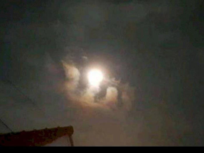 Viral Penampakan Awan Berbentuk Lafaz Allah Persis di Bawah Bulan, Netizen Khawatir Dukhan