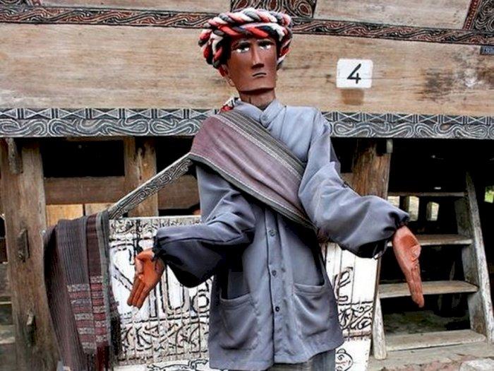Kisah Sigale-gale, Patung Besar Berpakaian Adat Batak