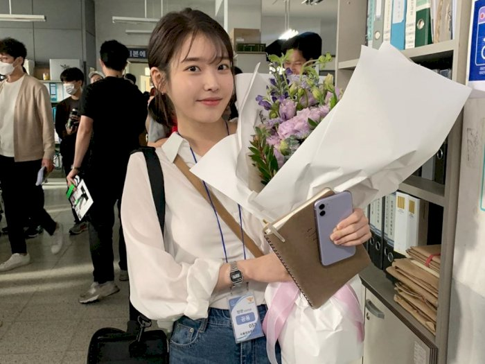 IU Rayakan Ulang Tahun ke-27 Tahun di Lokasi Syuting 'Dream', dapat Buket Bunga Cantik