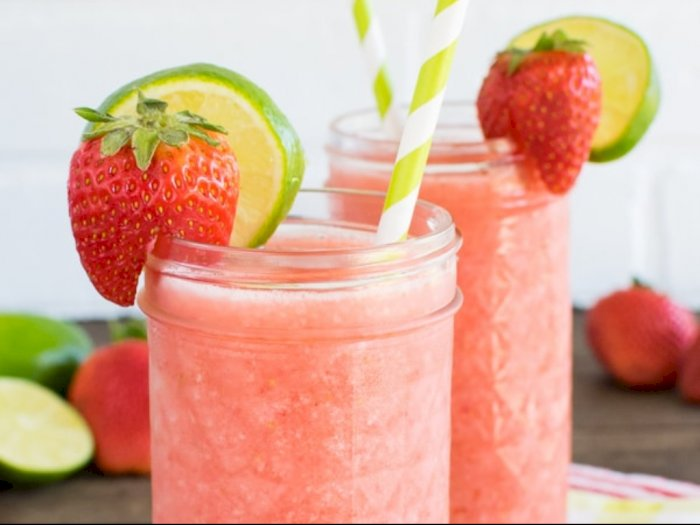 LegakanDahagadengan Minuman Dingin Strawberry Limeade Slushie
