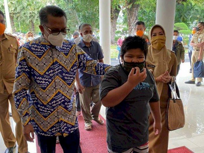 Pakai Celana Pendek saat Diundang Gubernur, Bocah Penjual Jalangkote Bikin Iri Netizen