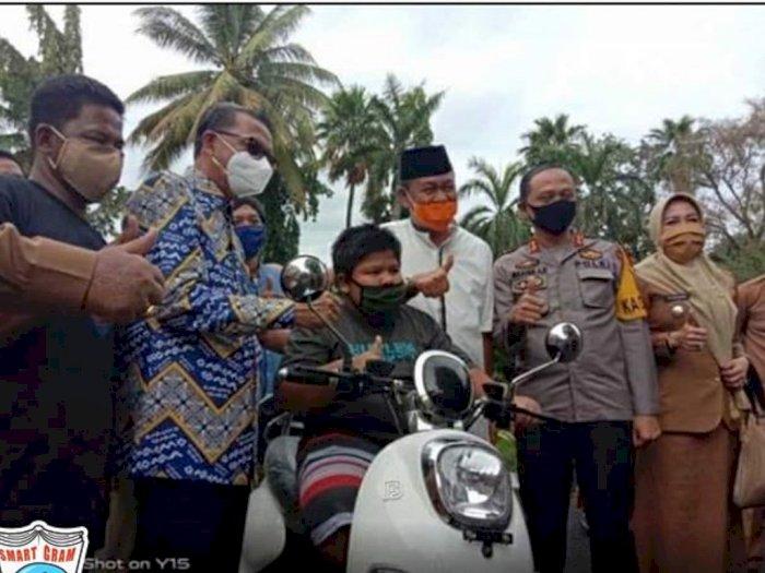 Rizal Bocah Penjual Jalangkote Dapat Sepeda Motor dari Gubernur Sulsel