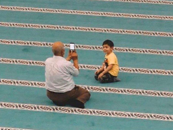 Gemas, Potret Kakek dan Cucu di Masjid Ini Bikin Warganet Nostalgia