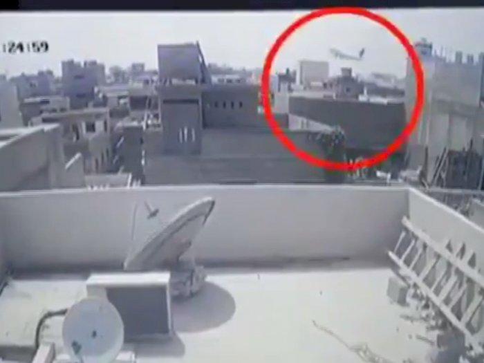 Ngeri! Video Detik-detik Pesawat Penumpang Jatuh dan Menghantam Rumah Warga