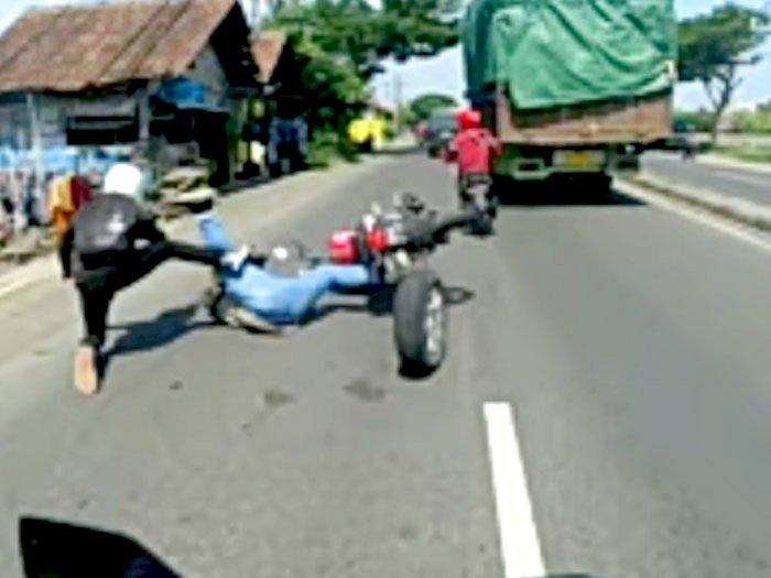 Ban Cadangan Mobil Lepas, Dua Pemotor Nyungsep di Jalan Raya