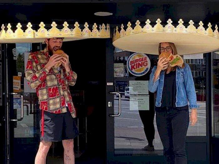 Agar Pengunjung Tetap Jaga Jarak Aman, Burger King Bagikan Topi Berukuran Lebar