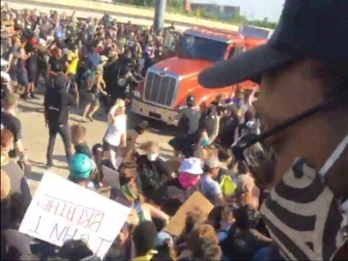 Ngeri! Video Detik-detik Truk Tangki Menerobos Massa Demo George Floyd, Supir Diamuk Massa