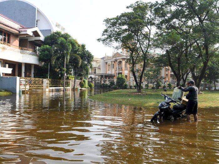 FOTO: Banjir Rob Rendam Perumahan Elit di Pantai Mutiara Jakarta