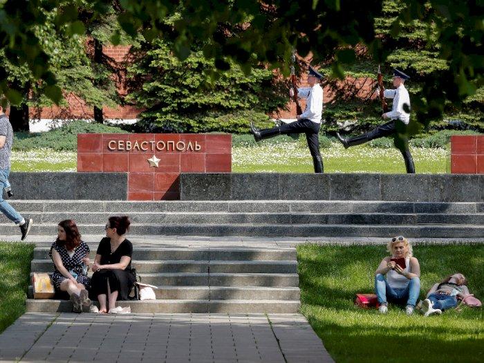Moskow Cabut Penerapan Lockdown, Warga Rayakan dengan Berswafoto di Taman