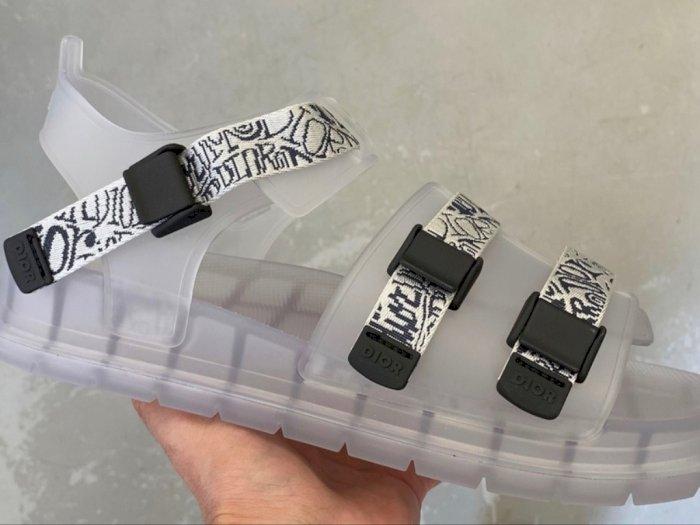Brand Mewah Dior Rilis Sepatu Jelly untuk Pria