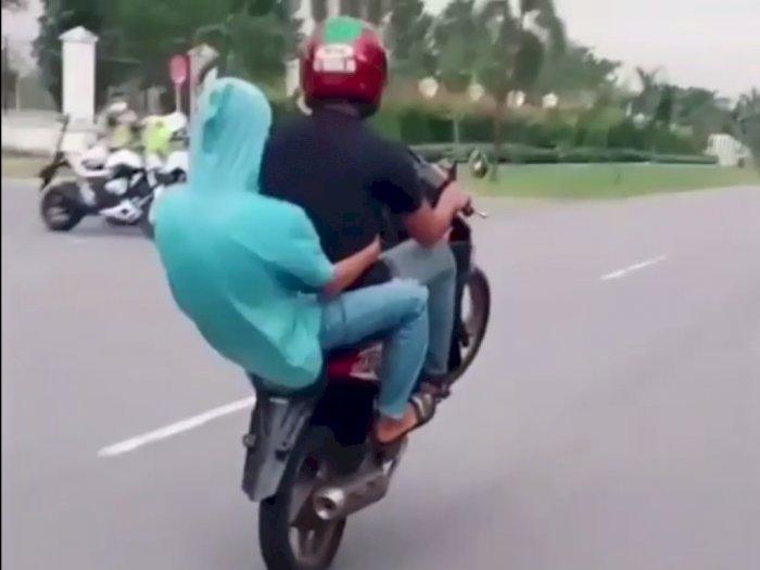 Pemotor Ini Malah Nekat Lakukan Wheelie Saat Melihat Polisi di Pinggir Jalan