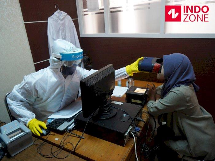 FOTO: Petugas Perekaman KTP Elektronik Gunakan APD Lengkap