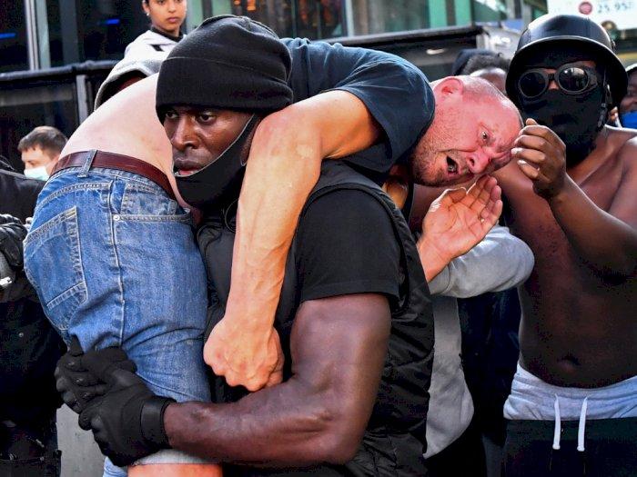 FOTO: Viral, Pria Kulit Hitam Selamatkan Pria Kulit Putih saat Demo Rusuh
