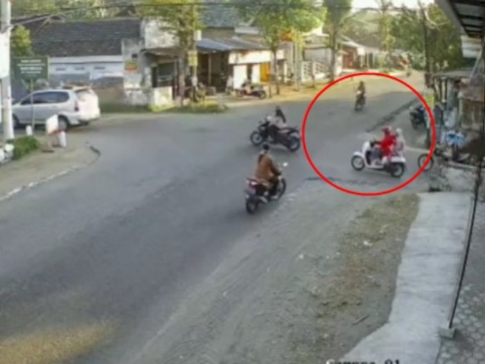 Ada Kecelakaan Motor di Perempatan Jalan Kediri, Videonya Bikin Degdegan!