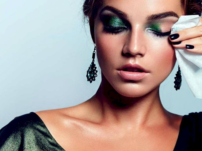 Penting untuk Kamu Hindari, 3 Kesalahan Bersihkan Makeup di Area Mata