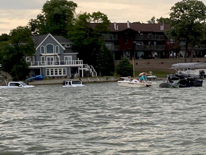Demi Selamatkan Kapal Tenggelam, Dua Mobil Off-Road Nekat Cebur ke Danau