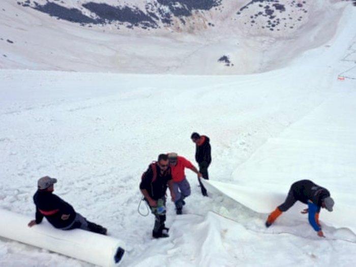 Mencair, Gletser Presena Ditutup Pakai Terpal Raksasa