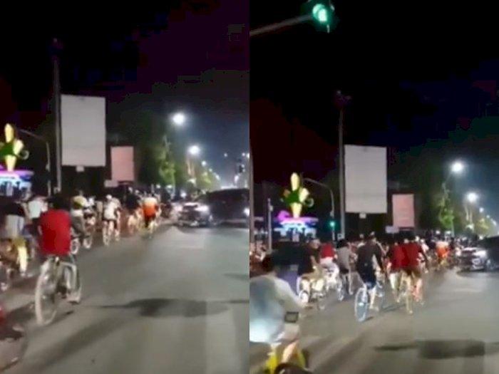Pesepeda Konvoi Terobos Lampu Merah, Auto Disoraki Pemotor
