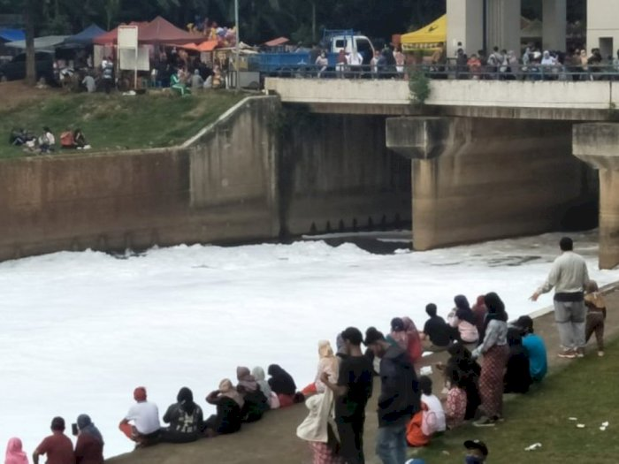 Ada Sungai 'Bersalju' di Jakarta, Warga Berkumpul dan Foto-foto