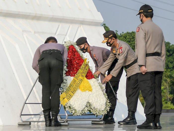 FOTO: HUT ke-74 Bhayangkara, Polri Gelar Upacara Ziarah Makam Pahlawan
