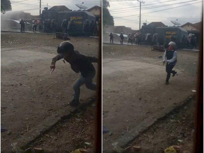 Video: Penampakan Dua Pria Memegang Pistol Berlarian Saat Kerusuhan di Madina