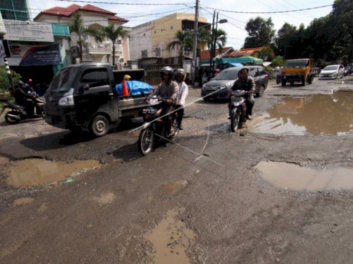 VIDEO: Macam Lagi Off Road, Begini Kondisi Jalan Rusak di Kota Medan