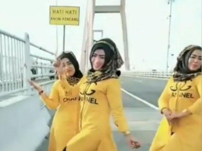 Aksi Berbahaya 3 Emak-Emak Main TikTok di Jembatan Suramadu, Netizen: Horor Banget Sih!