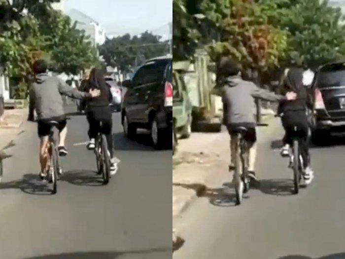 Mager Dayung Sepeda, Wanita Ini Lebih Enak Didorong, Netizen: Bucin Tingkat Dewa