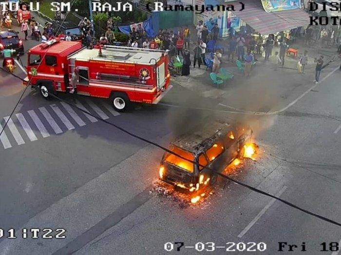 FOTO: Penampakan Angkot Hangus Terbakar di Jalan Sisingamaraja Medan