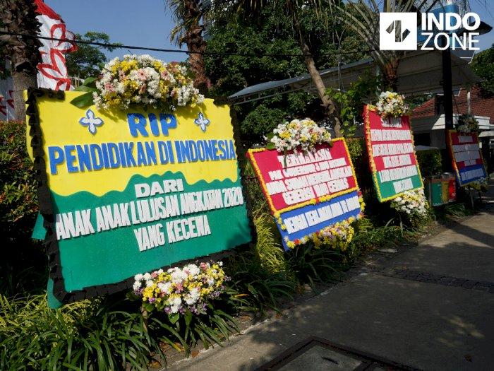FOTO: Tolak PPDB DKI, Orang Tua Siswa Kirim Karangan Bunga ke Balai Kota