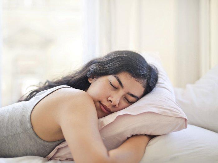 Terpaksa Tidur saat Rambut Masih Basah, Ini 3 Cara Agar Tak Merusak Rambutmu
