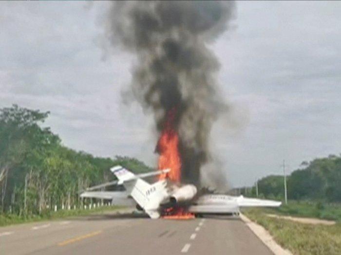 FOTO: Pesawat Diduga Membawa Narkoba Terbakar di Meksiko