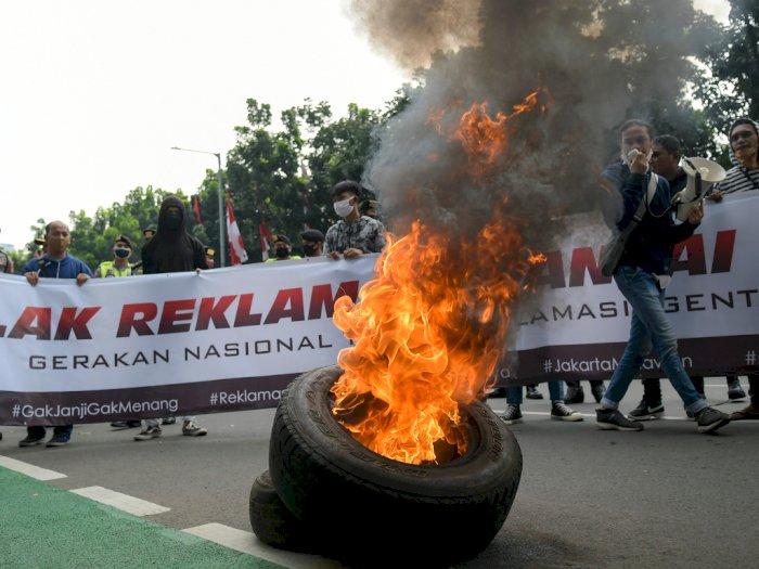 FOTO: Aksi Bakar Ban Warnai Unjuk Rasa Tolak Reklamasi Pantai Ancol