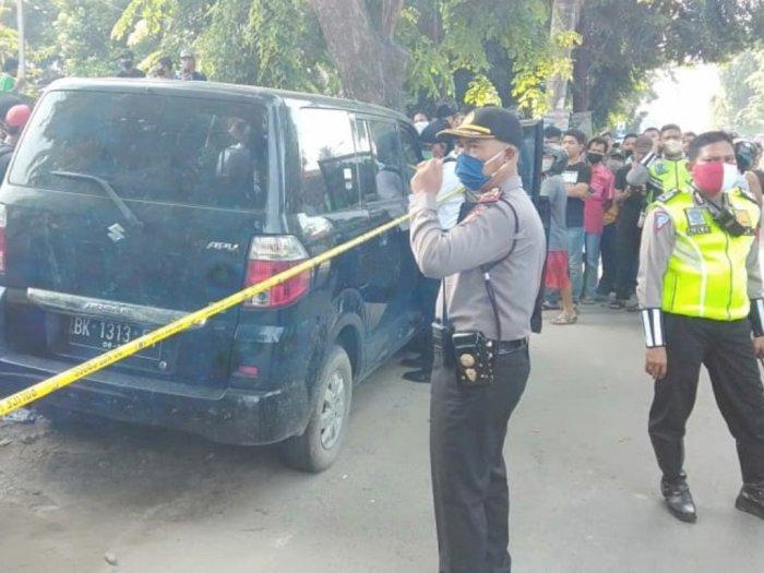 Warga Heboh, Sesosok Mayat Pria Ditemukan Dalam Mobil Kondisi Terkunci di Tepi Jalan