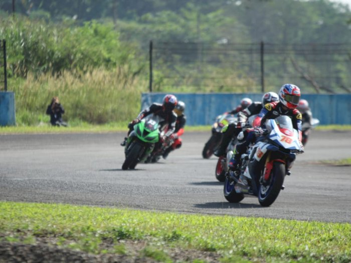 Pembalap Motor Terus Latihan dan Fokus pada Safety Riding di Lintasan