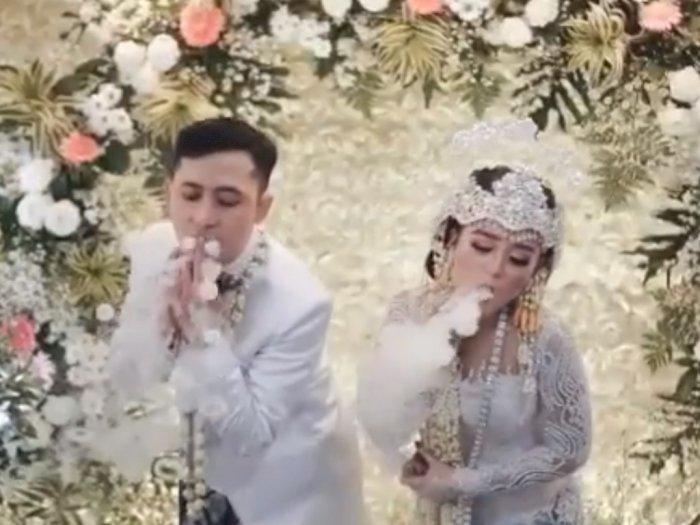 Gokil! Pasangan ini Atraksi Main Vape saat Akad Nikah, Netizen: Mas Kawinnya Liquid