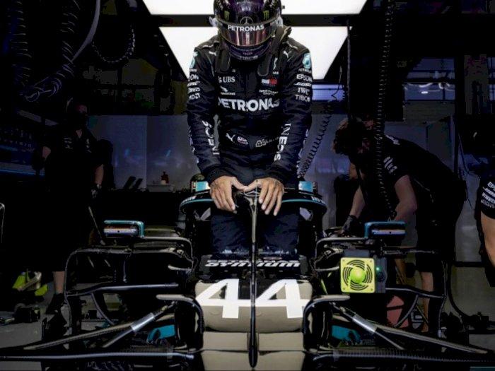 Terapkan Social Distancing, Lewis Hamilton Ngaku Aneh dengan Penyerahan Trophy F1 2020