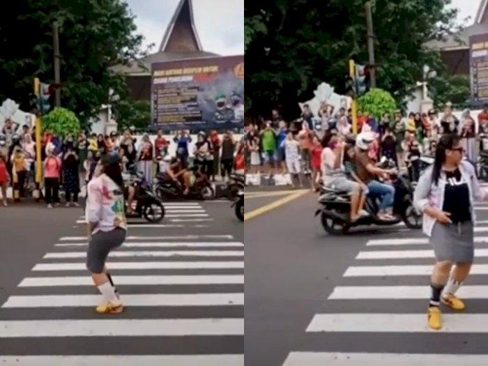 Viral Video Emak-emak Joget di Tengah Jalanan Ramai Pakai Rok Ketat, Ditonton Banyak Orang