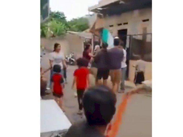 Viral Video Seorang Kakek Rebutan Layangan, Habis Dipukuli hingga Tidak Berkutik