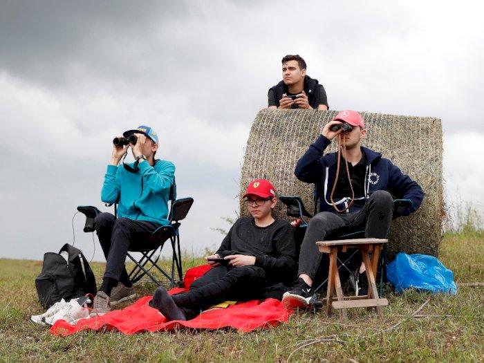 FOTO: Penggemar F1 Menonton dari Bukit di Luar Sirkuit Hungaroring