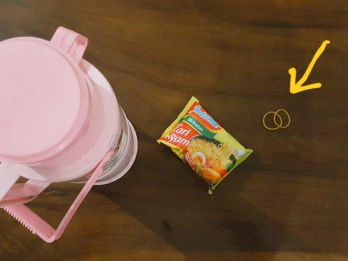 Cara Makan Indomie Era 80-an, Diseduh Langsung dalam Kemasan dan Diikat Karet Gelang